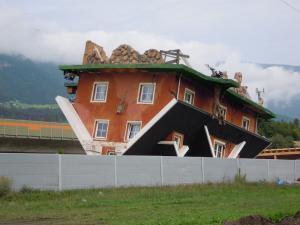 La casa capovolta in Austria tra le case più strane del mondo