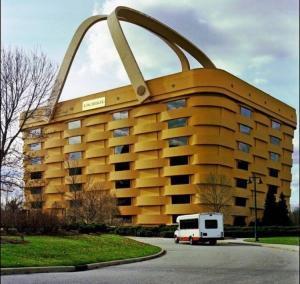 l'enorme edificio a cestino